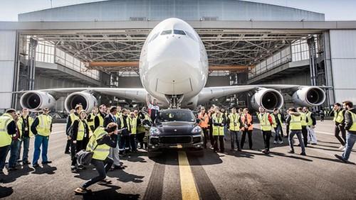 Porsche Cayenne keo may bay Airbus A380 nang 285 tan-Hinh-2