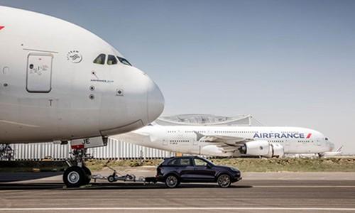 Porsche Cayenne keo may bay Airbus A380 nang 285 tan