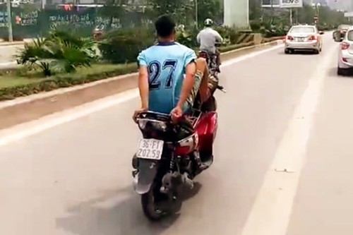 """Tre trau"" dau tran lai xe may bang chan tai lan xe buyt BRT"