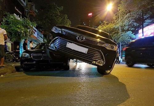 "Toyota Camry ""de dau, cuoi co"" BMW 750Li tai Ha Noi"