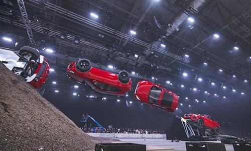 Jaguar E-Pace lap ky luc the gioi ve nhao lon tren khong-Hinh-2