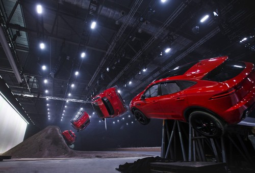 Jaguar E-Pace lap ky luc the gioi ve nhao lon tren khong