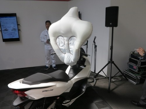 Honda thu nghiem lap tui khi cho xe may tay ga PCX