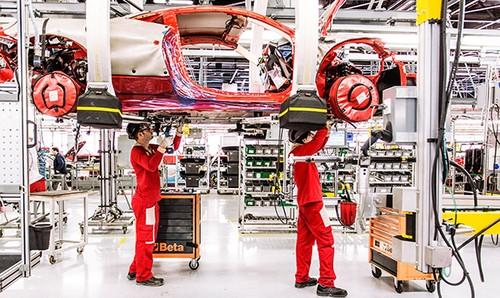 Xe tho thu cong va robot san xuat sieu xe Ferrari-Hinh-2