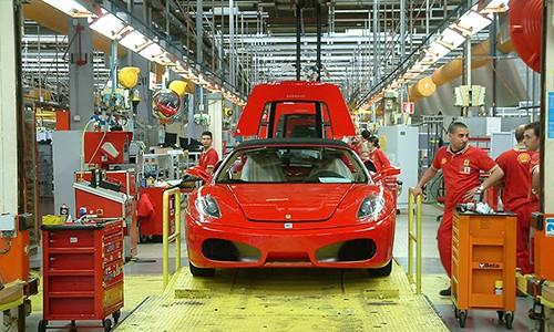 Xe tho thu cong va robot san xuat sieu xe Ferrari