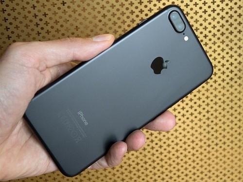Co nen mua Galaxy S8 hay iPhone 7 dang giam gia?