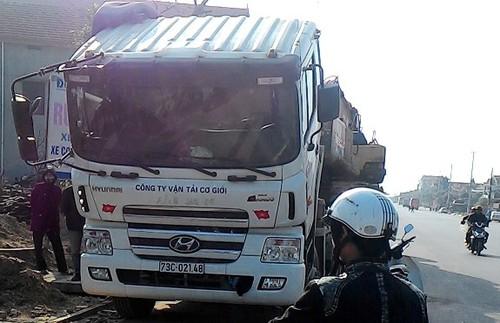 Hang chuc doi tuong la chong TTGT giai vay xe qua tai-Hinh-3