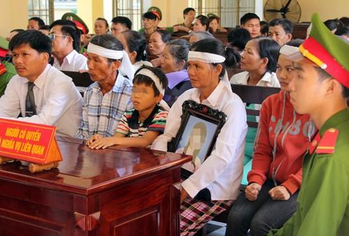 Khong dong y dua con trai ve nha chung song, chong doat mang vo-Hinh-2