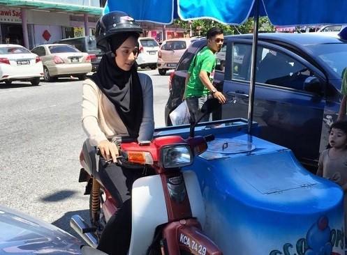 """""""Hot girl lai xe may ban kem"""" bat ngo noi tieng tren mang-Hinh-2"""