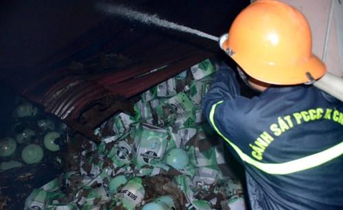 Vu chay trong cang Sai Gon: May man 500 binh gas khong phat no