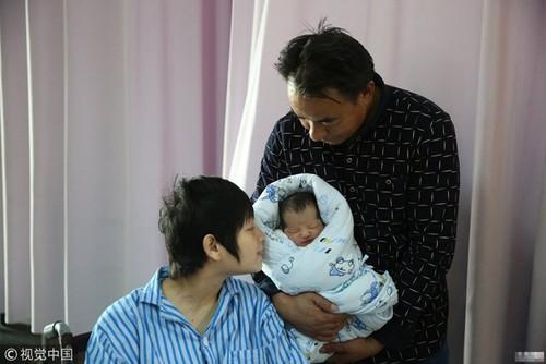 Mac bai nao bam sinh, me 9x giau nghi luc van quyet sinh con cho chong 45 tuoi-Hinh-2