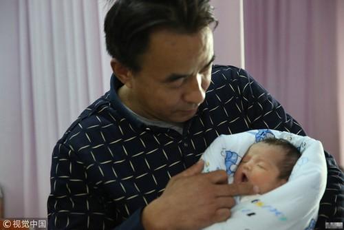 Mac bai nao bam sinh, me 9x giau nghi luc van quyet sinh con cho chong 45 tuoi-Hinh-3