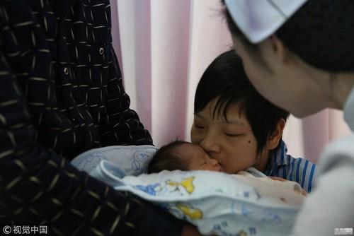 Mac bai nao bam sinh, me 9x giau nghi luc van quyet sinh con cho chong 45 tuoi-Hinh-5