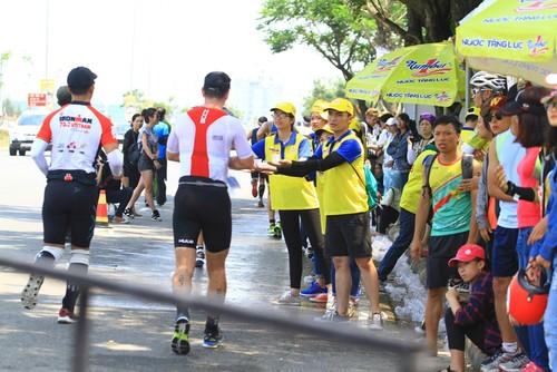 Number 1 bo tri hang chuc tram tiep nuoc giai nhiet cho cac Ironman-Hinh-2