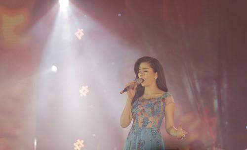 """Le Quyen me hoac khan gia Quy Nhon voi """"Chut tinh cho bien""""-Hinh-2"""
