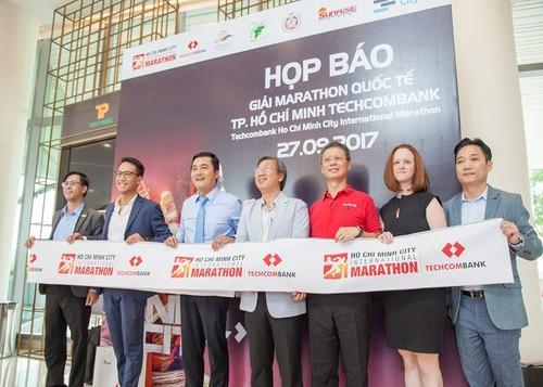 Khoi dong Giai Marathon Quoc te TP.HCM Techcombank 2017-Hinh-3