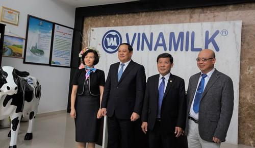Pho Thu tuong Lao tham va lam viec voi Vinamilk