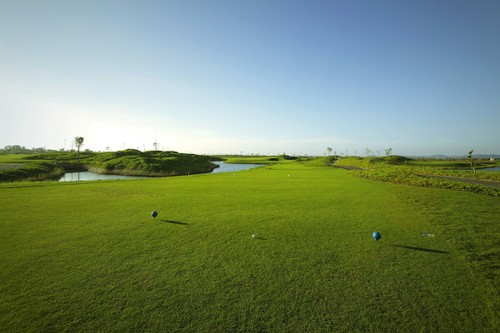 Giai thuong ky luc voi 20 xe sang tai SMIC Golf Challenge Tournament 2017-Hinh-2