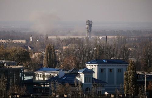 Quan Ukraine rut khoi san bay Donetsk sau nhieu thang co thu