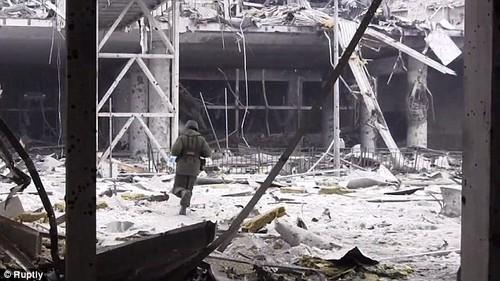 Linh Ukraine lan luot roi khoi san bay Donetsk?