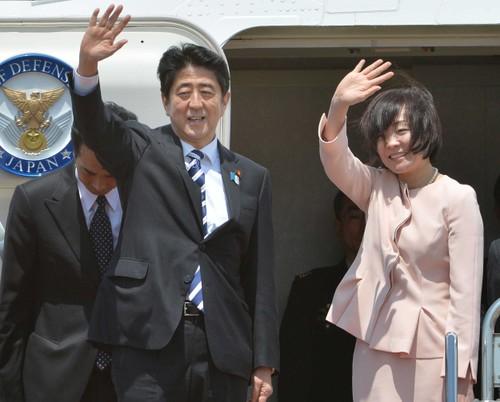 Thu tuong Nhat Ban Shinzo Abe va Phu nhan bat dau tham chinh thuc Viet Nam