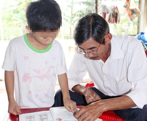 Hoc sinh lop 2 truong dat chuan quoc gia khong doc duoc chu