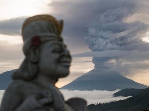 """Sieu nui lua Agung """"noi gian"""", Indonesia so tan 100.000 dan"""