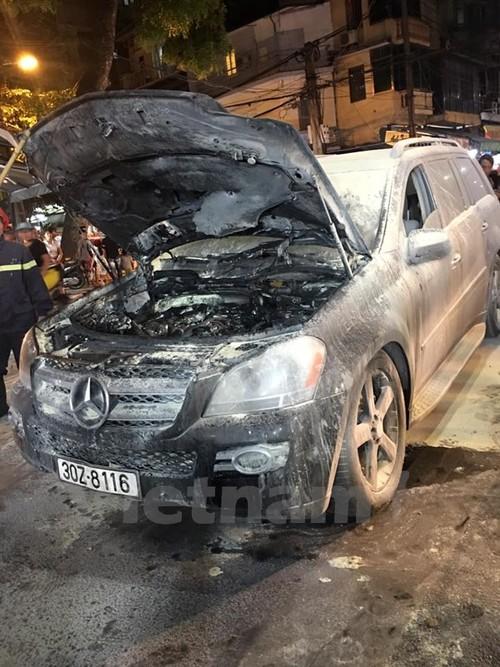 Ha Noi: Xe hop Mercedes bong nhien boc chay giua pho co-Hinh-2