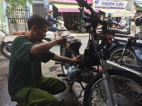 Xuc dong thanh nien giup hoc sinh ngheo co xe dap den truong