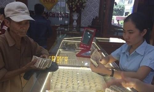 Cha ngheo mang coc tien le di mua vang cho con gai