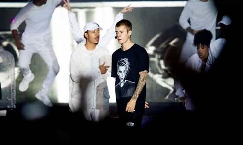 Tu choi hat, Justin Bieber bi khan gia qua khich nem chai