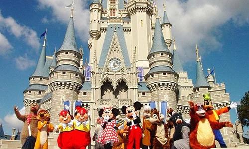 """""""Con mua"""" phan ngong tan cong du khach o Disneyland"""