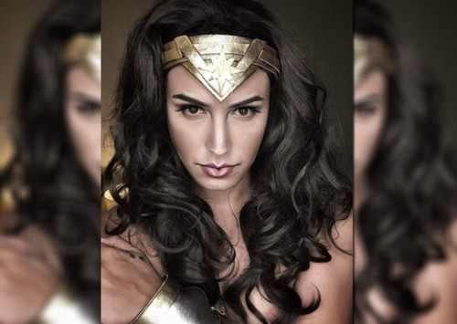 Chang trai hoa trang Wonder Woman khien ban goc phai kinh ngac