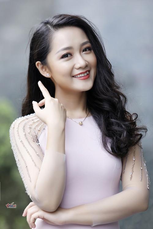 BTV Thu Ha bat mi ve hau truong nghe bao-Hinh-2