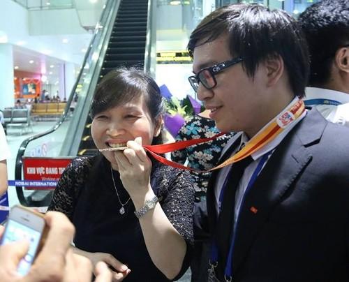 Nha co 2 anh em deu gianh huy chuong Olympic quoc te-Hinh-2