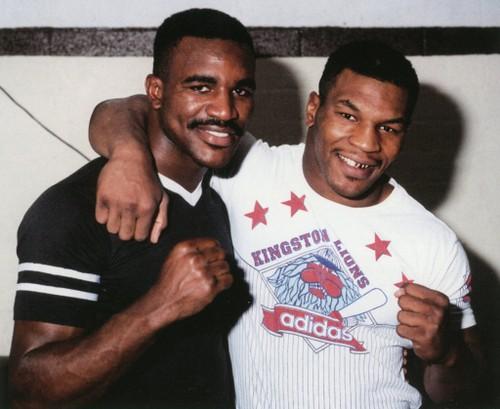 """Cau chuyen phia sau man """"cau xuc"""" lich su cua Mike Tyson"""