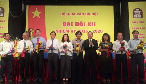 "Nha van Nguyen Thi Thu Hue noi gi ve tranh luan ""nay lua"" o Dai hoi-Hinh-2"
