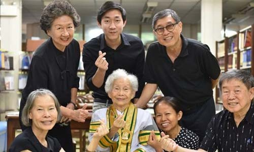 Cu ba 91 tuoi tot nghiep dai hoc o Thai Lan