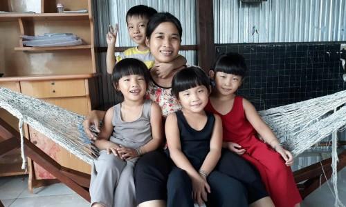 "Nguoi dan ba sinh 4 ke chuyen nhung ngay thang ""son gai oc"""