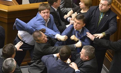 Cac nghi si Ukraine lai dung nam dam de noi chuyen