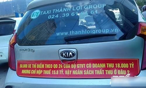 Ly giai dong chu gay to mo gan phia sau hang loat xe taxi o Ha Noi