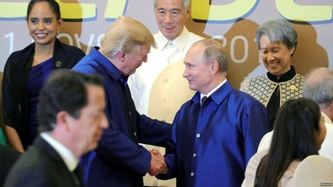 Cai bat tay vui ve cua ong Trump va Putin tai Viet Nam