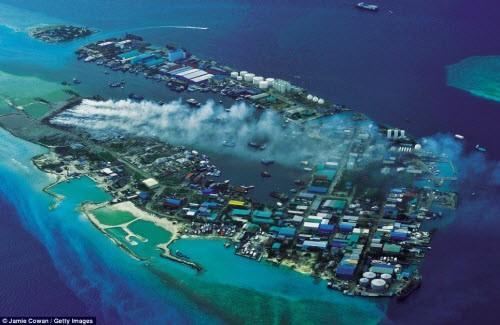 Chet soc voi hon dao toan rac phia sau thien duong Maldives