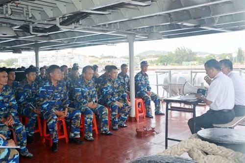 Chien ham Dinh Tien Hoang len duong di Singapore duyet binh