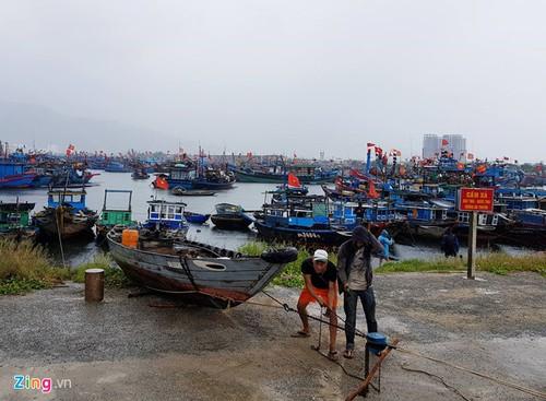 Mien Trung oan minh cho bao, tram quanh Hoang Sa mat tin hieu-Hinh-2
