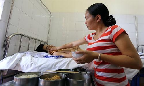 Chanh long chuyen nguoi vo cut 2 chan cham chong liet nua nguoi-Hinh-2