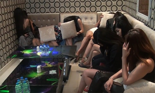 TP.HCM: Hang tram co gai an mac khieu goi trong cac quan karaoke khong phep