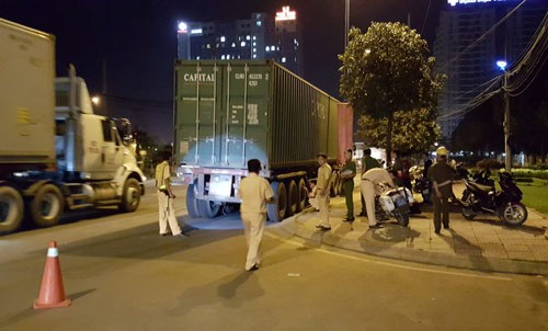 Container can chet nguoi giua dem khuya roi bo tron o TPHCM-Hinh-2