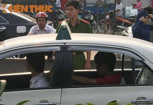 Giay phut kinh hoang tai xe taxi bi cuop siet co o Sai Gon-Hinh-3