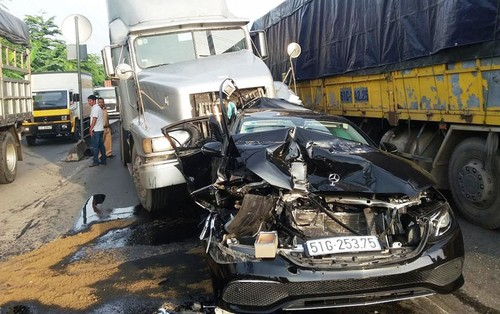 Mercedes tien ty bep dum vi bi 2 container kep chat-Hinh-3